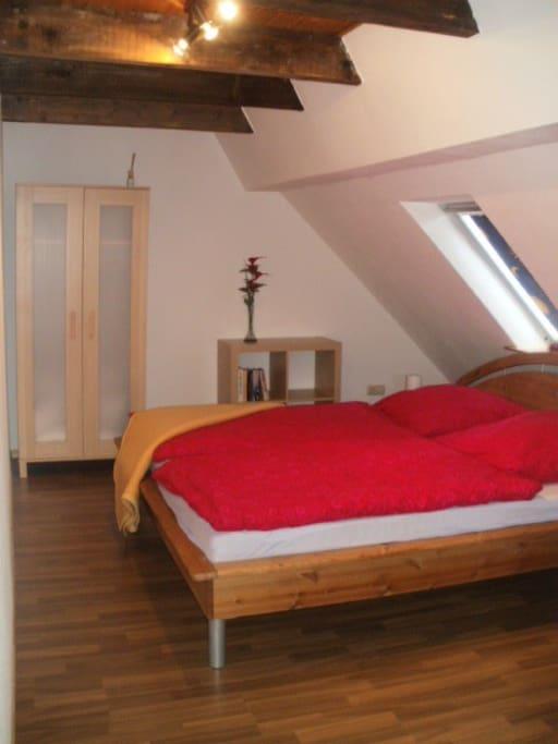 Schlafzimmer 2 mit einem großen Doppelbett (1,80x2,00)
