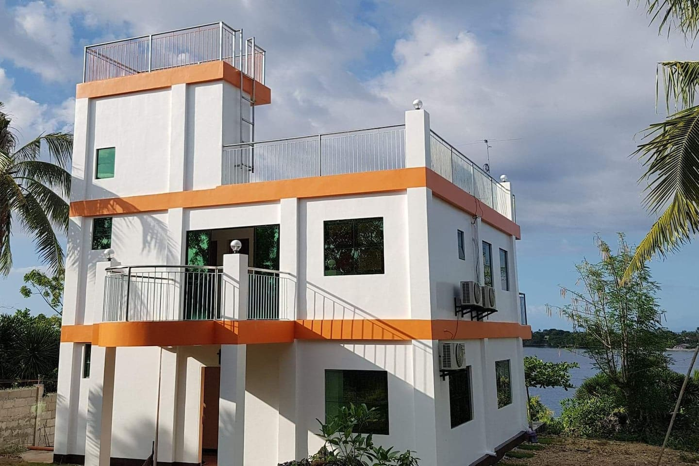 Island View Whitehouse is a newly built 3 storey house, with balcony in the bedrooms all facing the Tulang Diot Island, with rooftop great for bonding with family and friends or for  sunset viewing, mountains on the other side, and sea horizons.