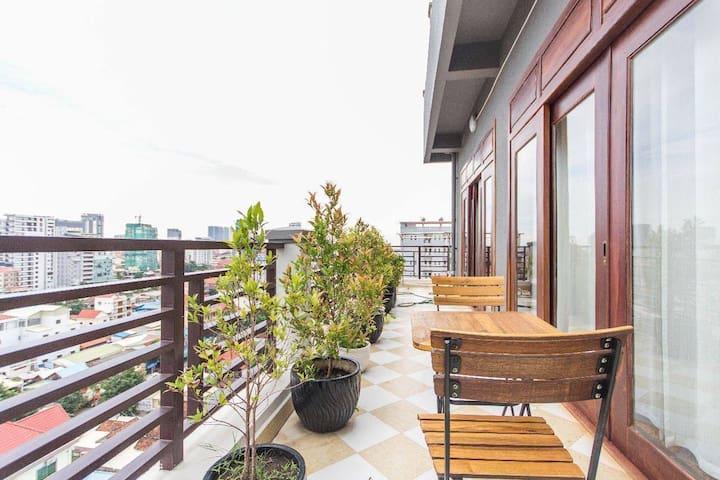 Huge top floor 3 BR apt with Cityview @Russian Mkt