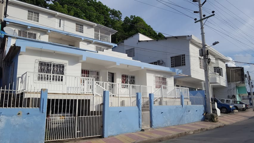 Al llegar, puedes decir que te vas a hospedar en la casa azul que está diagonal a la iglesia Sagrada Familia