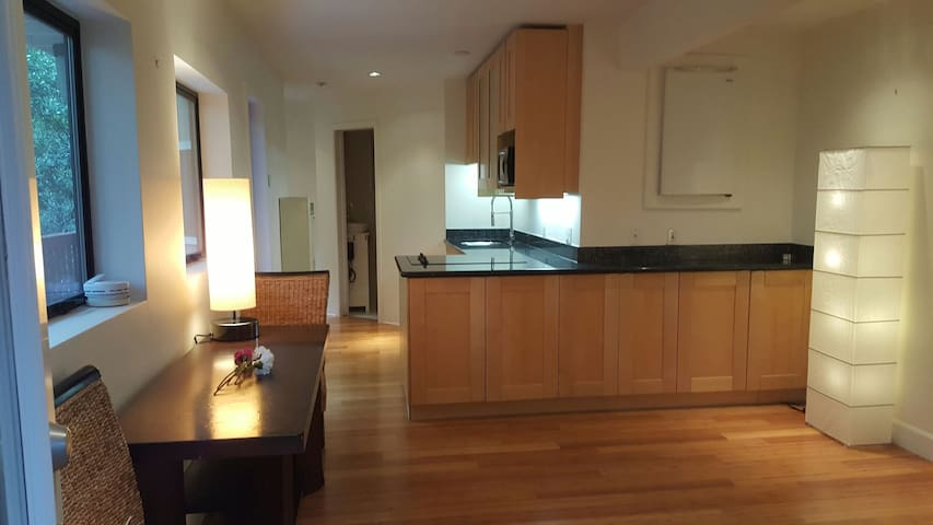 Very nice 1 bd. rm. In the woods - Oakland - Huoneisto