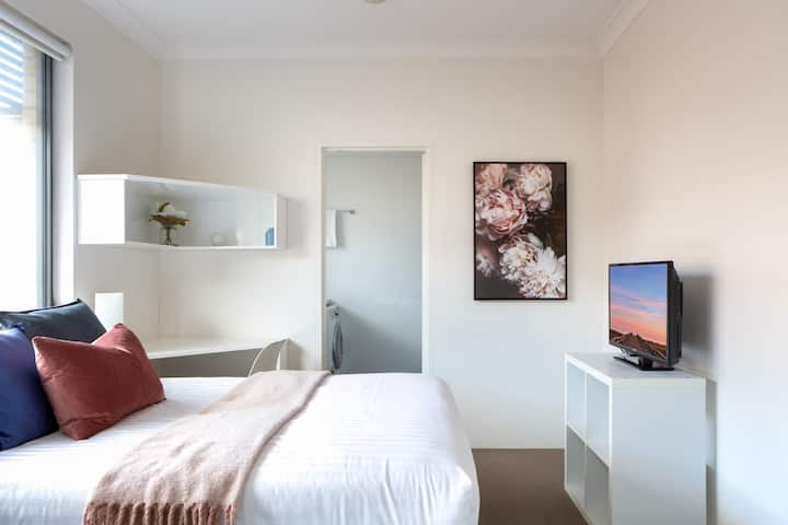 Bright Studio Steps from Westmead Hospital