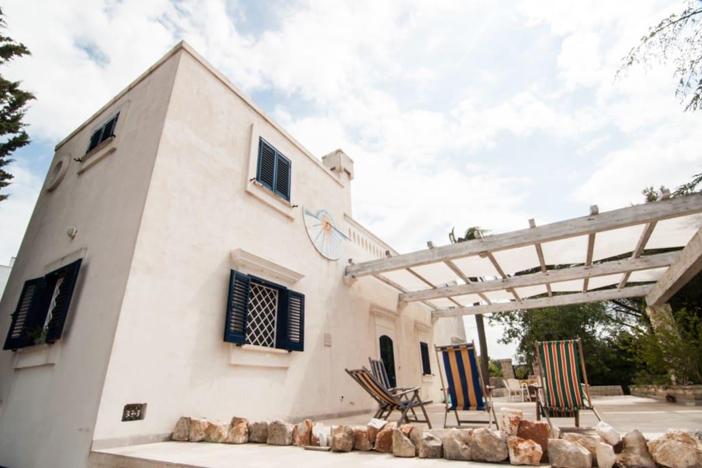 Vista della villa e del piazzale dal terreno - View of the villa and of the porch from the land