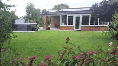 Tamarisk – 4 bed bungalow with Hot Tub near York