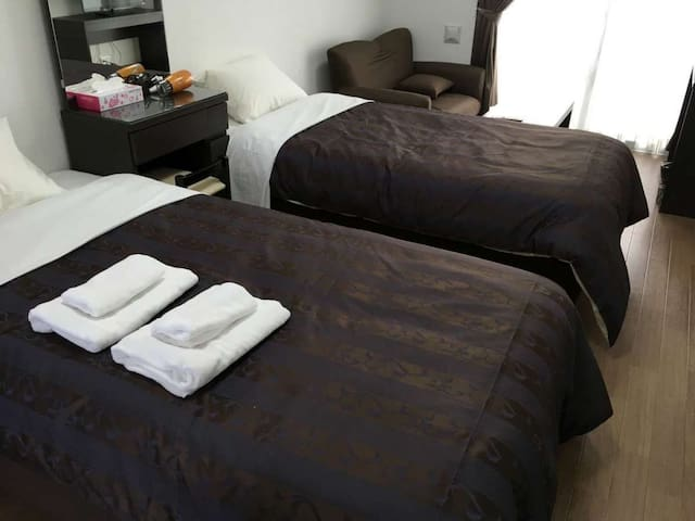 It is approximately 30 minutes by car from Naha Airport! A convenient location for business and sightseeing! (ツイン)