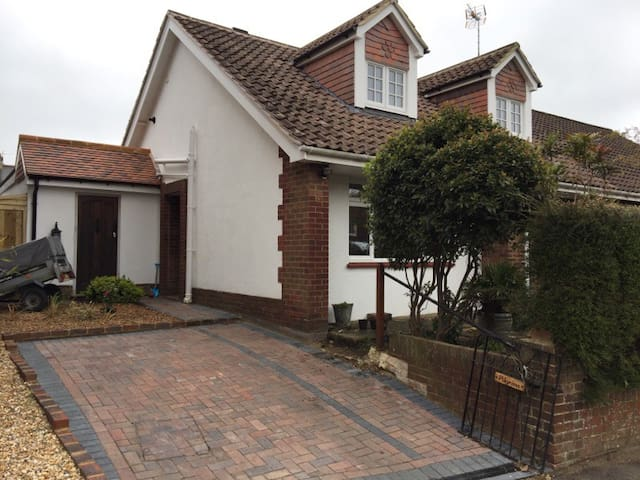 Family home in rural village - Henfield - House