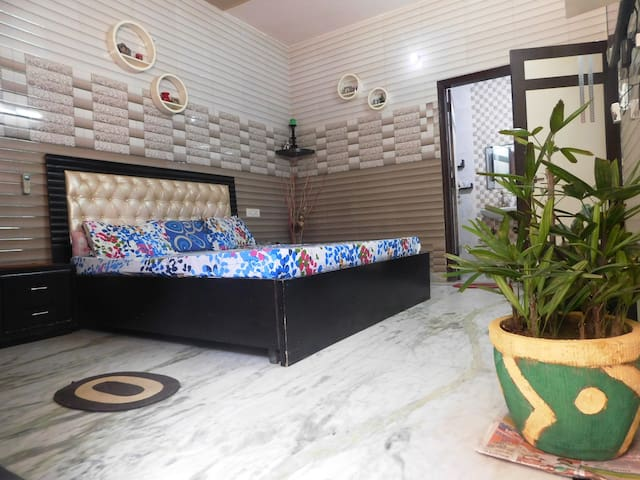 Cozy AC room@Delhi border+Kitchen - Faridabad - House