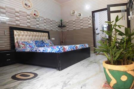 Cozy AC room@Delhi border+Free WiFi - Faridabad - ที่พักพร้อมอาหารเช้า