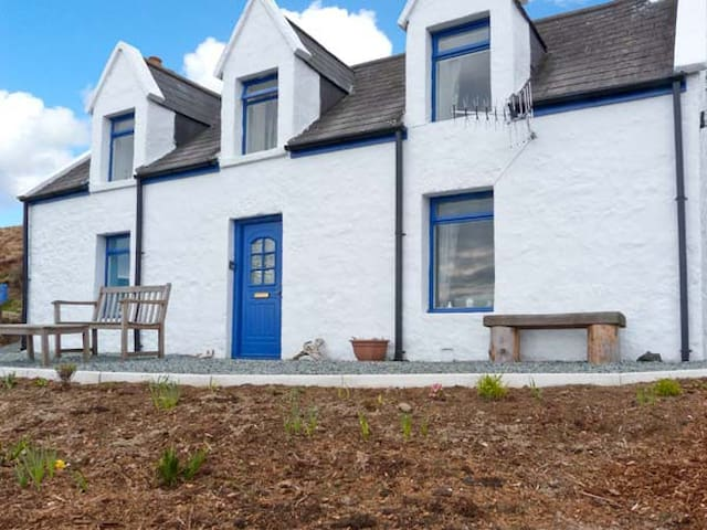 SLIOCH, pet friendly, character holiday cottage in Staffin, Ref 14956