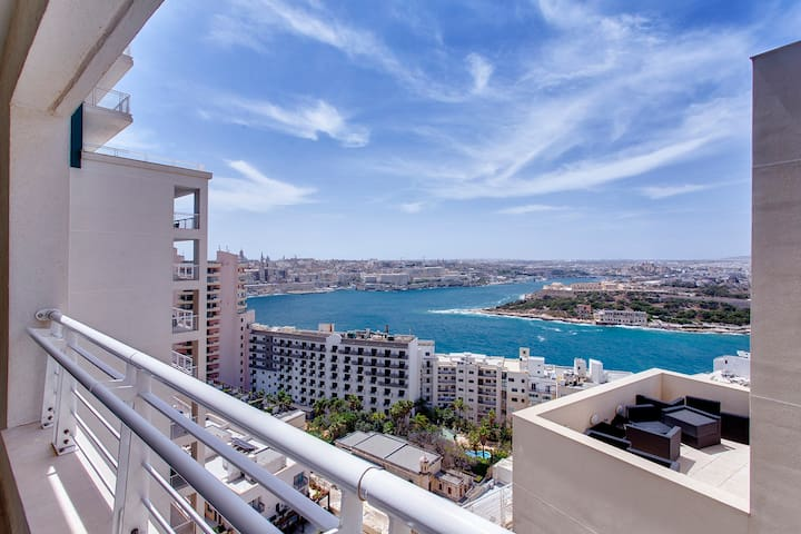 Spectacular Valletta, Manoel Island and Sliema views from balcony