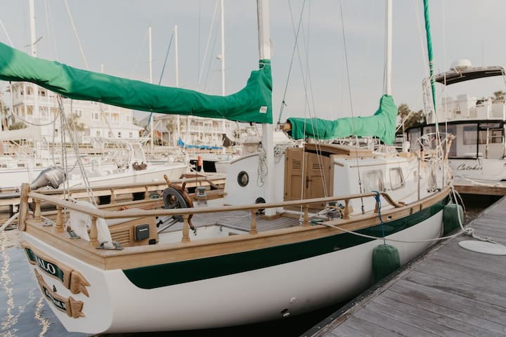 Sailing Vessel Halo, Cozy Cabin on the Water