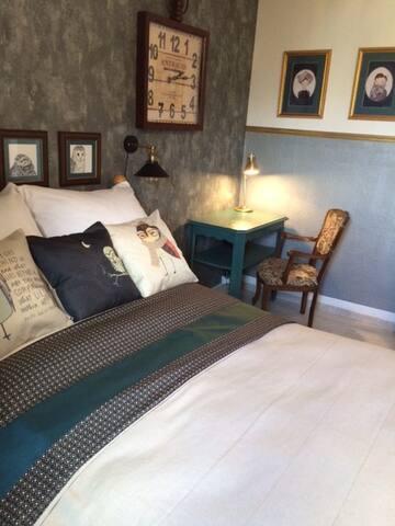 Bett & Arbeitsbereich