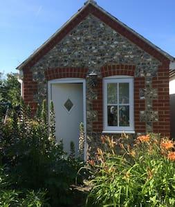 Quiet Garden Studio with Free Parking, Rottingdean