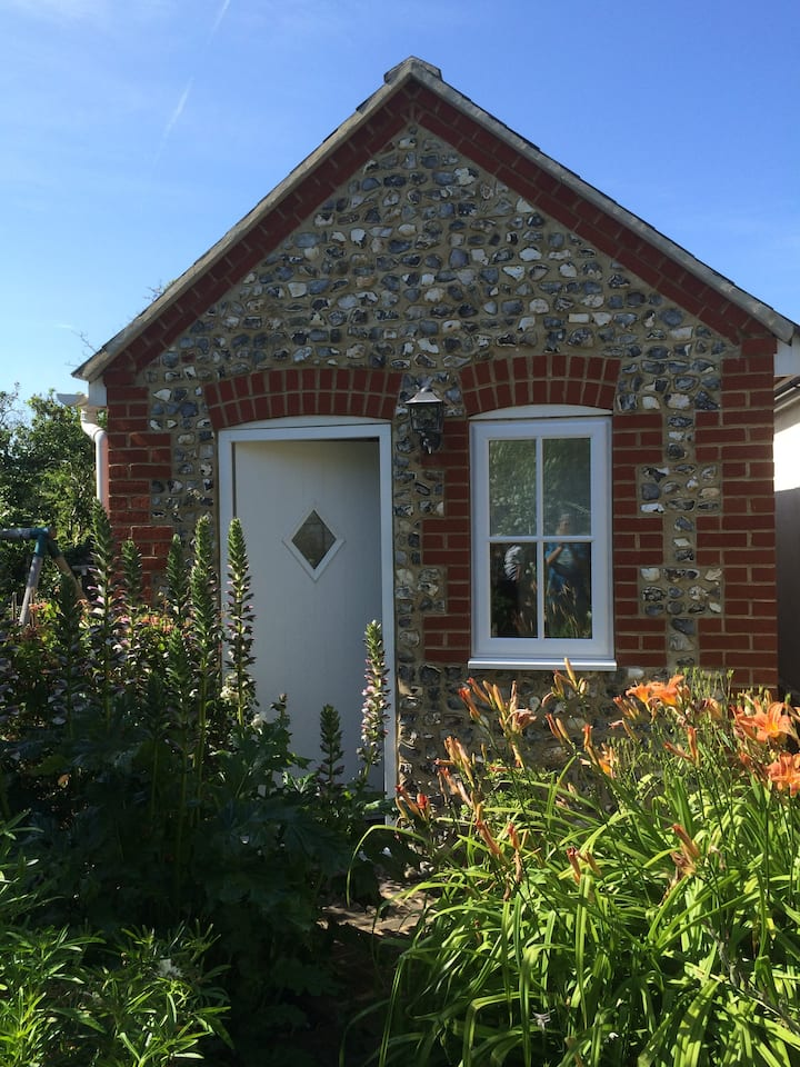 Quiet Garden Studio with Free Parking, Rottingdean