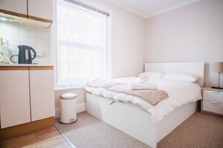 Double room, kitchen, Parking, by Ferry / Hospital