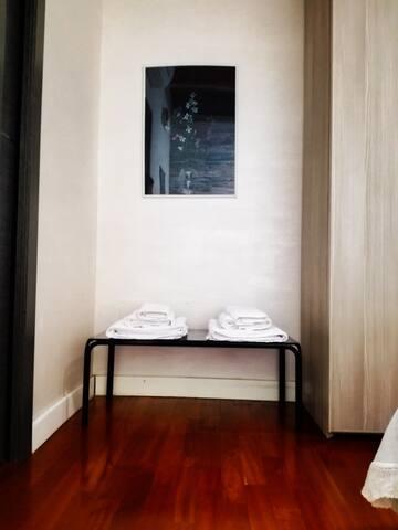 Camera da letto, tavolino