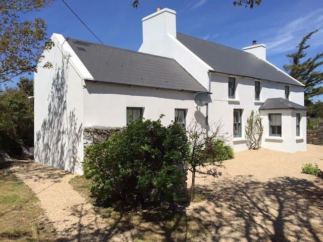 Teach Gréasaí - The Cobbler's Cottage