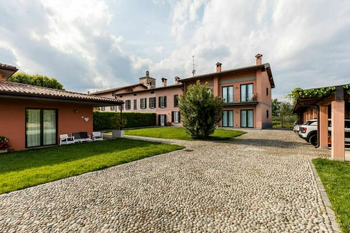 Quiet location, surrounded by vineyards, with swimming pool, 6 km from the lake