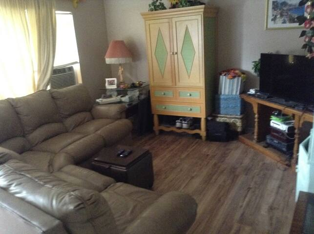 "Clearwater ""EASY LIVING"" House --12 min. 2 beach"