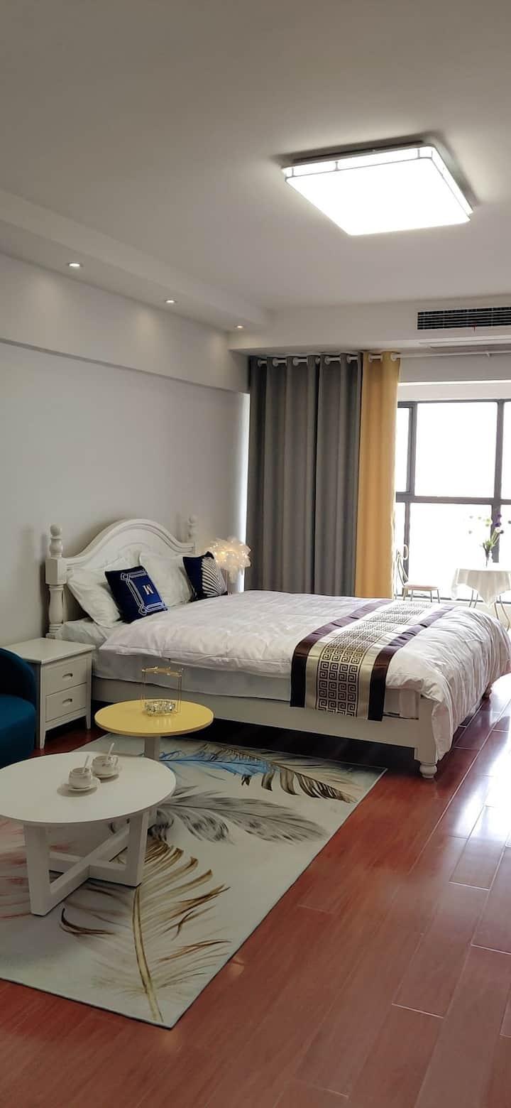 中坚1878民宿,一室一厅一卫,落地窗,电梯房,双人大床,空调,地暖,可做饭,香港街西,中央广场北!