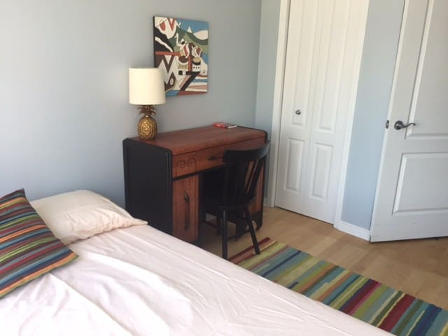 Cute bright guest room in the heart of Le Plateau