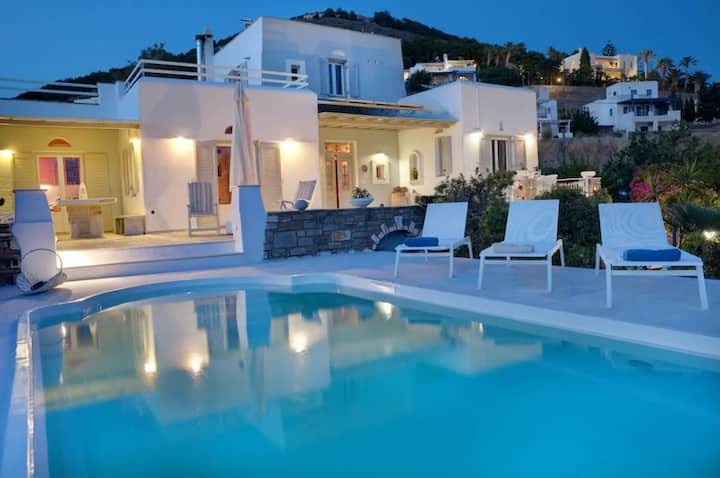 Ideally located Villa w 3 bedrooms , Pool & Bbq