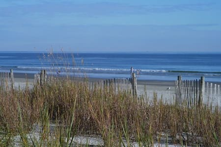 Walk to the Beach! Awesome getaway. - North Myrtle Beach - Townhouse