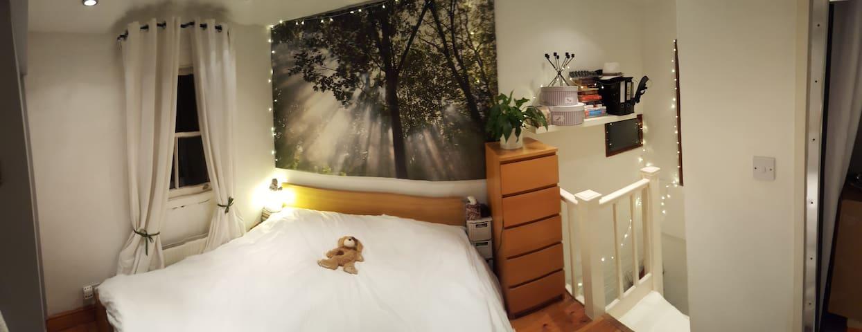 Bedroom (double bed and en-suite)