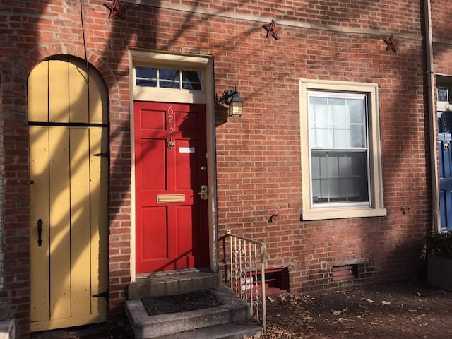 Historic Townhouse in Fabulous Central Location!