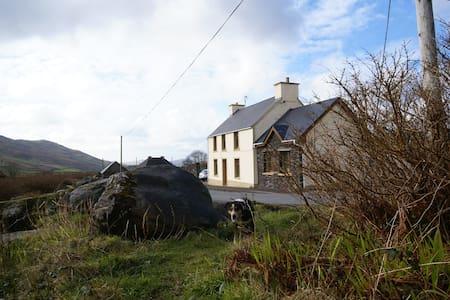 Gamekeepers Cottage & Farm 2 - Dingle