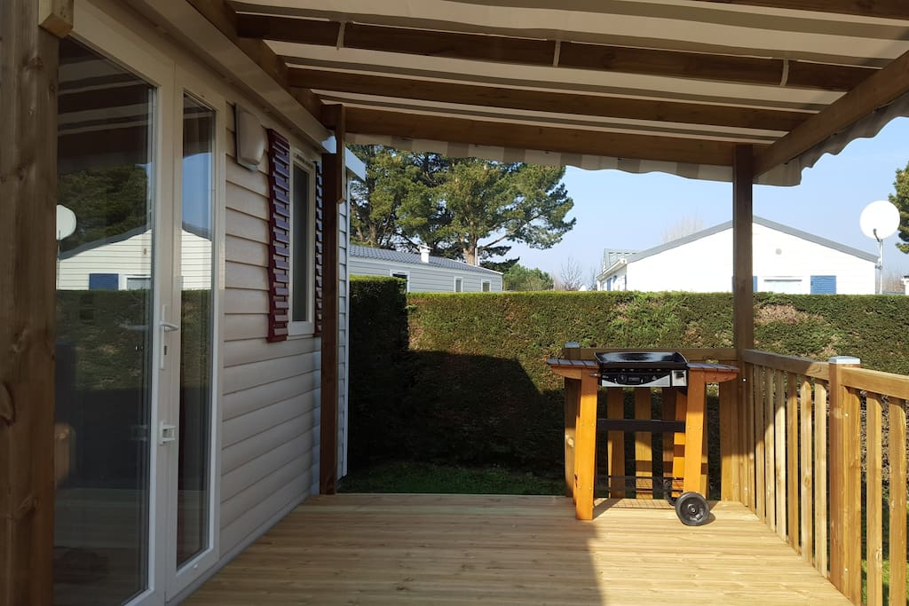 terrasse semi-couverte avec salon de jardin et Plancha