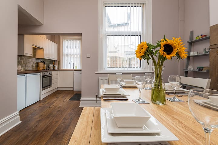 ** FREE PARKING ** WHOLE SERVICED HOUSE **
