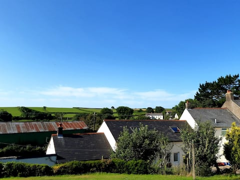 Lovely 1 Bedroom converted barn in peaceful Hamlet only 10minutes from some of UKs premier beaches.