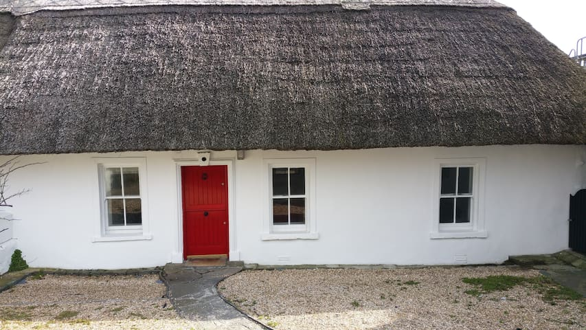 Clifftop thatched cottage,sea views - Dunmore East - Cabaña