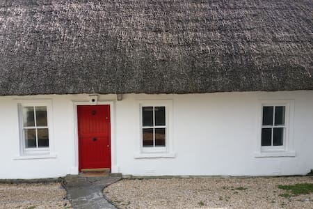 Clifftop thatched cottage,sea views - Dunmore East