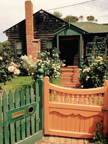 Cosy Cedar Cottage opposite lake - Riddells Creek - Casa