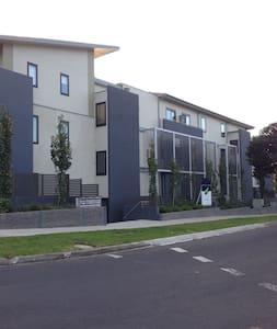 Box Hill华人区三房两卫全新公寓 - Box Hill South