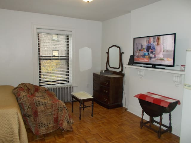 Top Floor Brownstone Studio one block to Subway
