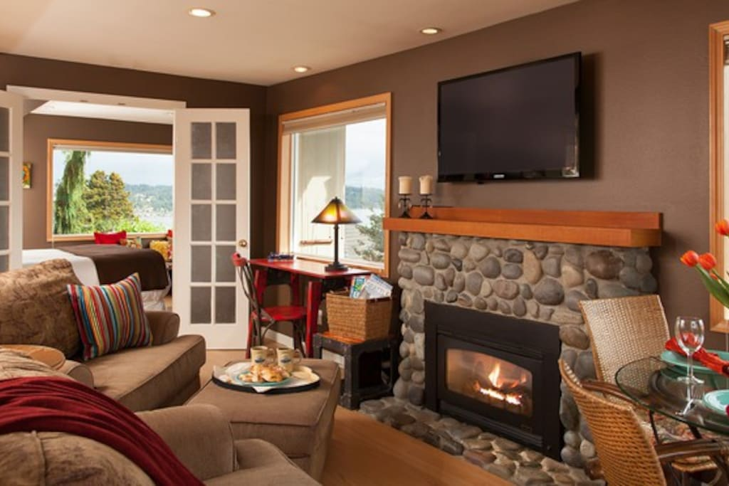 Cottage Livingroom with Gas fireplace