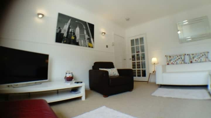 Bright spacious 2 bed flat. UWS +train line nearby
