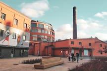 Это территория арт-пространства Хлебзавод №9. Здесь есть кафе, бары, шоурумы, пекарня, цветочная лавка и даже магазин комиксов.