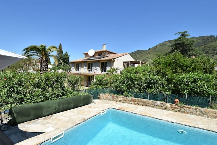 Child & dog friendly villa with private swimming pool and fenced garden on the river