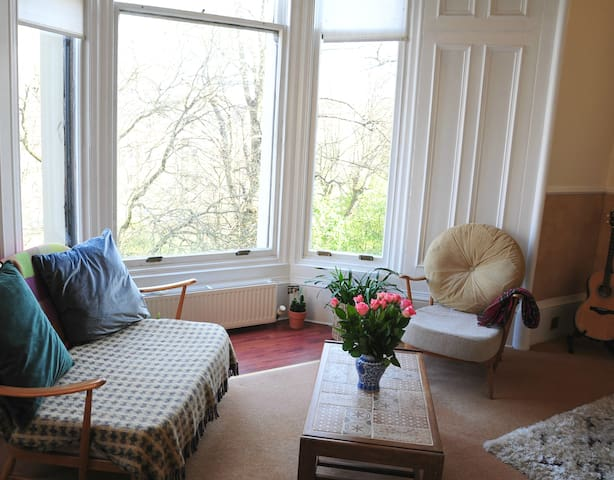 Airy & Beautiful Victorian Flat - West End