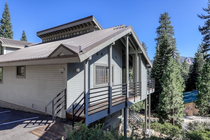 Spacious home near Huntington Lake, skiing, and forest/mountain views!