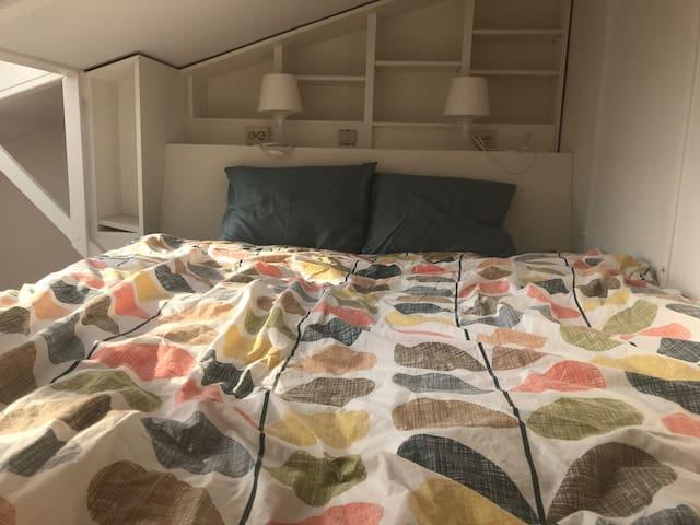 Mezzanine dans le salon avec lit double (140 cm X 200 cm)  Double bed on the living room mezzanine
