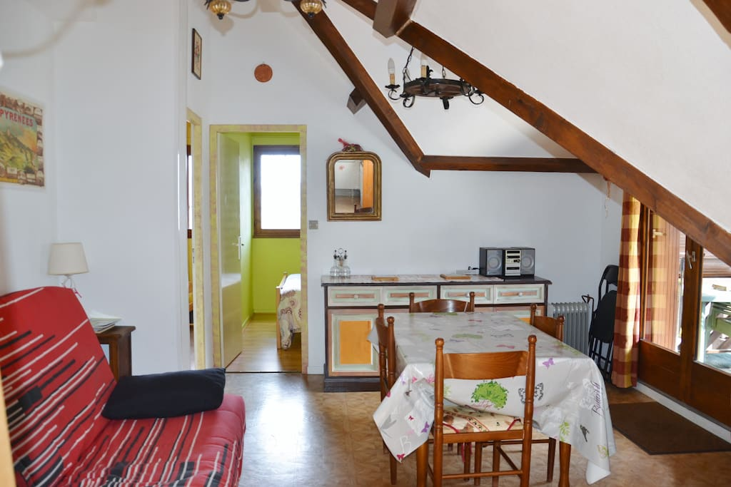 Appartement typique avec bois apparent