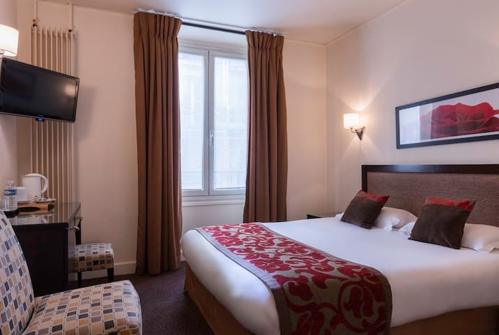 Charming Room **** near Champs Elysées