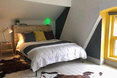 Cosy Attic - King bed - 15 mins Central Liverpool