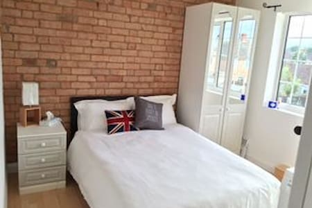 Cozy 2bd w/parking by town centre - Hinckley - Hus