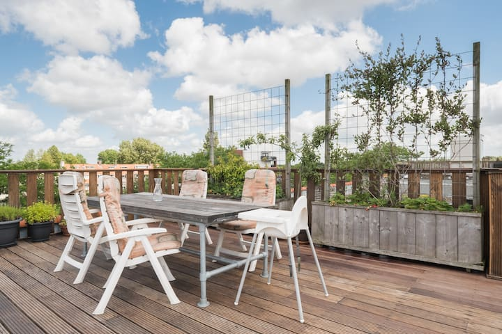 Rooftop terrace (40 square metres) with views of the lake and the enclosed playground.
